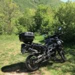 La moto parcheggiata in una radura