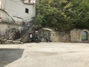 Marcetelli: la moto è l'unica presente nella piccola piazza