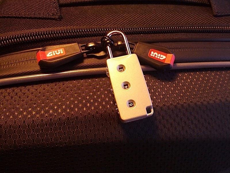 Ecco il piccolo lucchetto fornito in dotazione con le valige. Niente di speciale ma meglio di nulla.